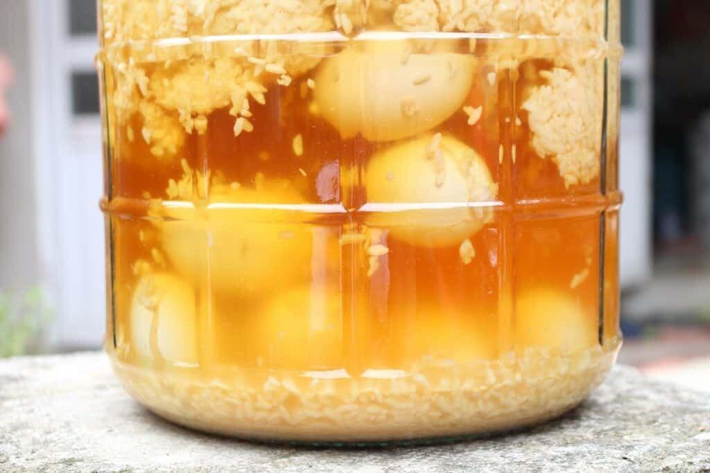 Cách làm trứng gà ngâm mật ong hạ thổ