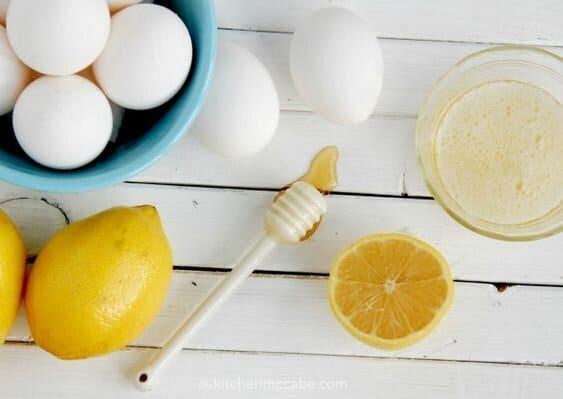 trị mụn bằng lòng trắng trứng gà và mật ong
