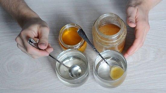 Sử dụng nước để thử mật ong thật giả