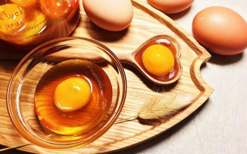Sử dụng trứng gà để thử mật ong thật giả